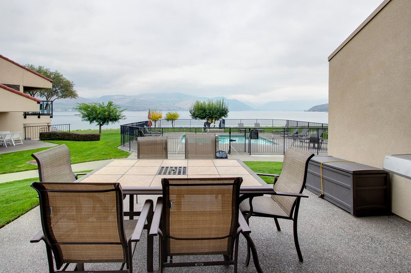 Modern and stylish condo w/ shared hot tub, pool & lakefront access!, vacation rental in Chelan