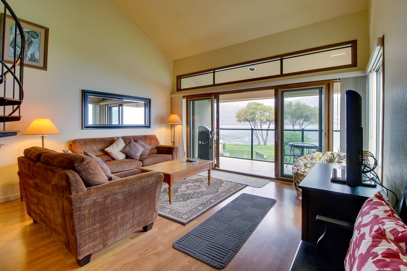 Lakefront condo w/ shared dock, pool, hot tub, & tennis, vacation rental in Chelan