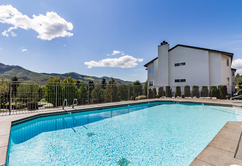 Bright Lake Chelan condo w/ shared swimming pool/hot tub!, vacation rental in Chelan