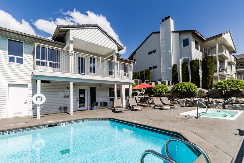 Ground floor condo w/ shared pool & hot tub - nice views from back patio!, vacation rental in Chelan