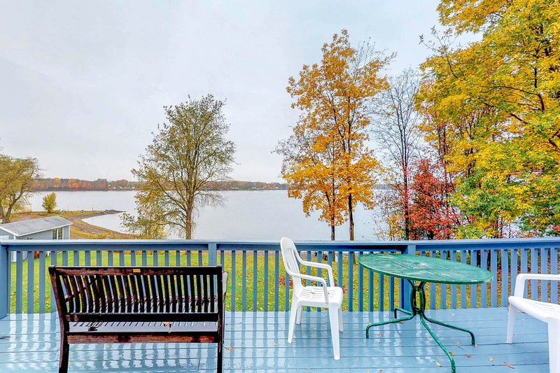 Charming lakefront home w/ private beach and gorgeous views - dogs ok, location de vacances à Milton