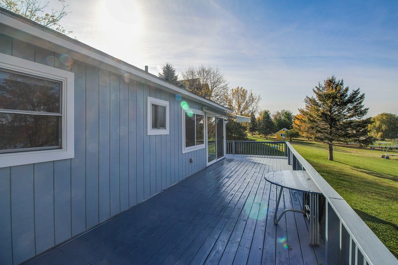 1 avis et 24 photos pour charming lakefront home w. Black Bedroom Furniture Sets. Home Design Ideas