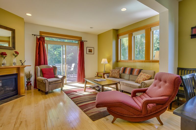 Beautiful and contemporary townhome in a quiet neighborhood w/ plenty of space!, holiday rental in Parkdale