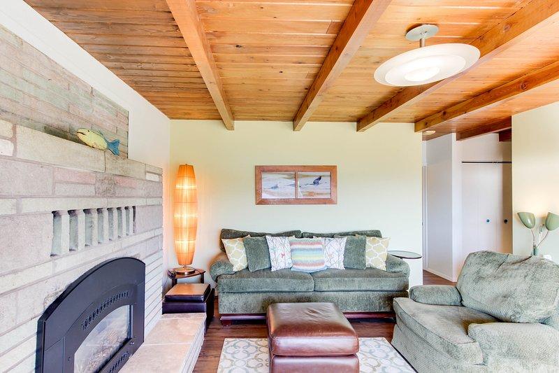 Lakeview home w/ private hot tub, grill & scenic deck!, location de vacances à Clark Fork