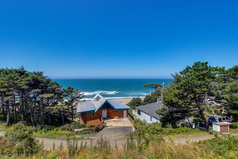 Easy access, dog-friendly studio with ocean views - short walk to the beach!, holiday rental in Lincoln City