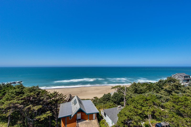 Newly remodeled dog-friendly condo w/ marvelous ocean views, easy beach access!, holiday rental in Lincoln City