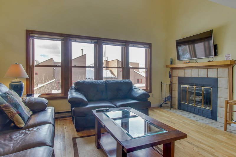 Cozy condo w/ pool, hot tub, & Fort Lewis College next door!, holiday rental in Durango
