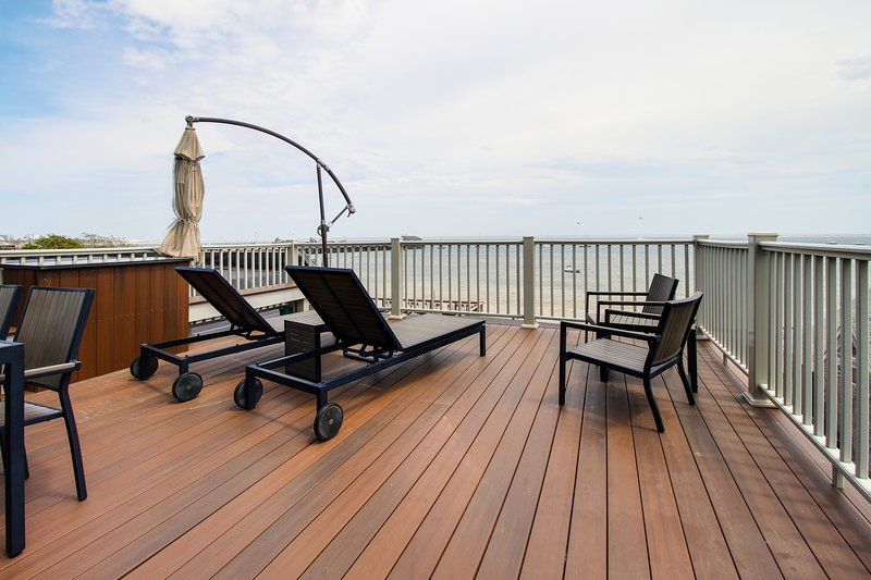 Oceanfront penthouse right on the beach & Commercial St - newly renovated!, location de vacances à Provincetown