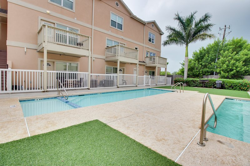Walk to the beach from this great home w/ a shared pool & hot tub, vacation rental in Port Isabel