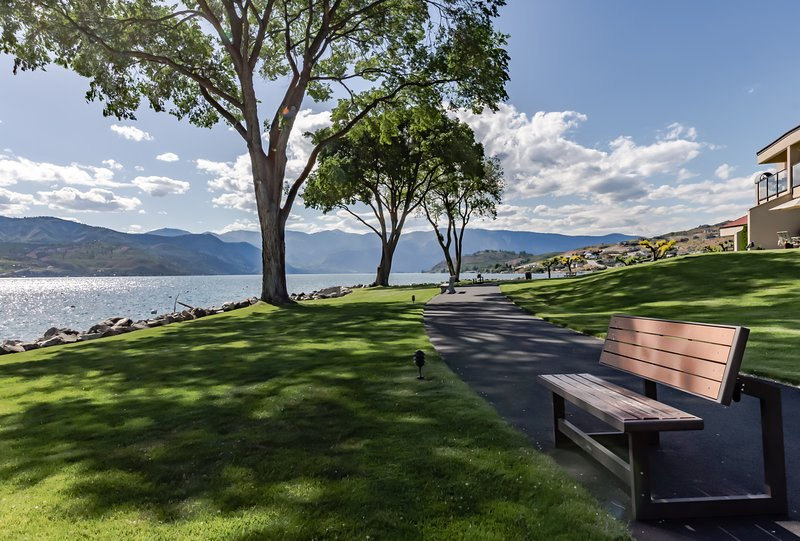 Newly remodeled condo with lake/pool views and shared hot tub!, vacation rental in Chelan