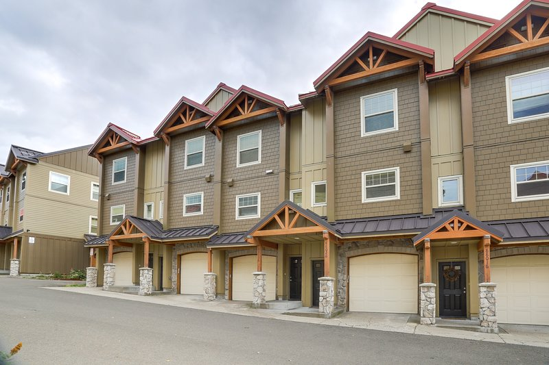 Modern, dog-friendly condo with a shared hot tub & pool, easy ski access!, holiday rental in Timberline Lodge