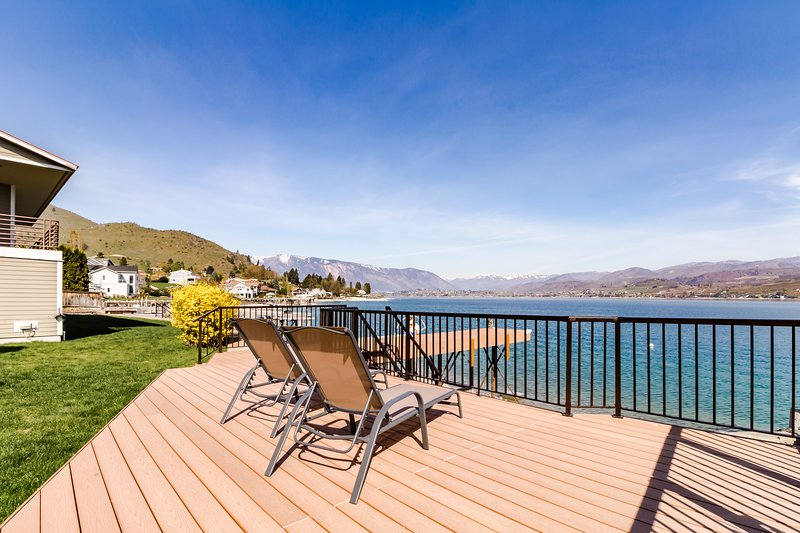 Newly remodeled lakefront home w/ incredible views, dock, sundeck!, casa vacanza a Entiat