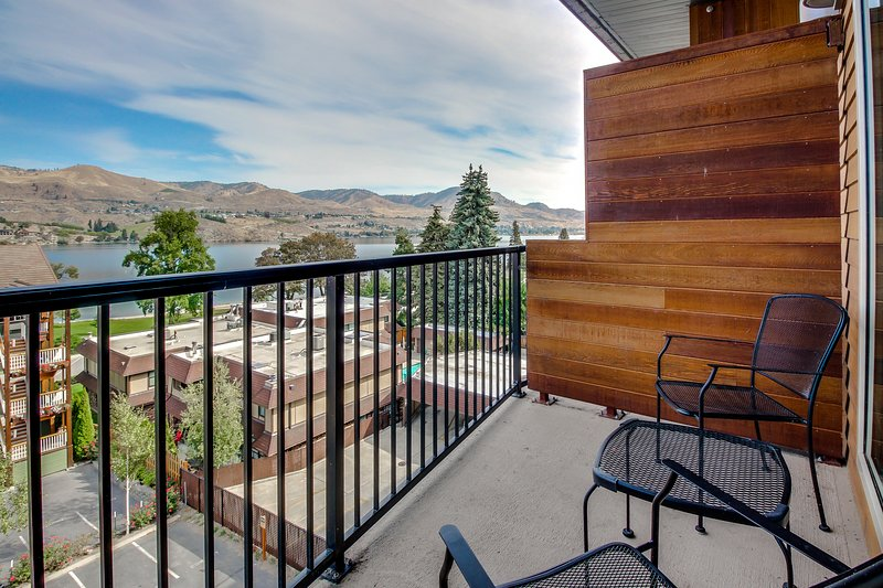 Luxurious condo with lake views plus shared pool and hot tub, vacation rental in Chelan