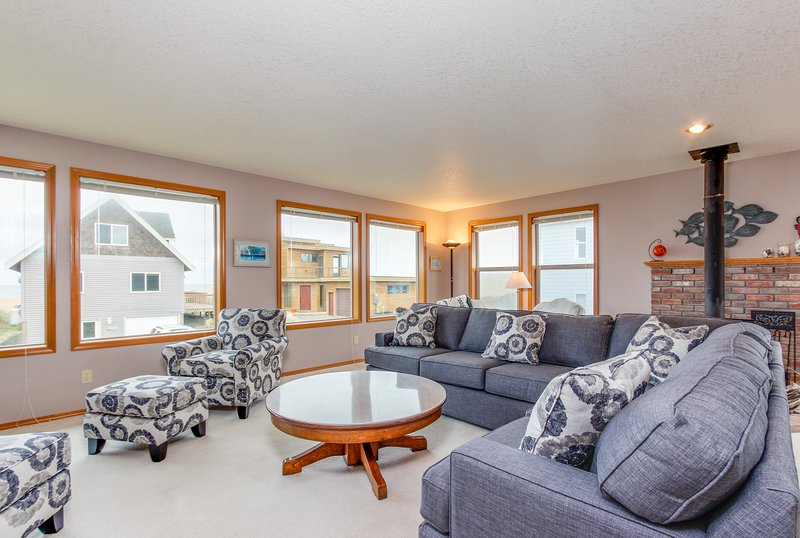 Warm house with mountain, ocean, and river views, 2 blocks from the beach!, vacation rental in Pacific City