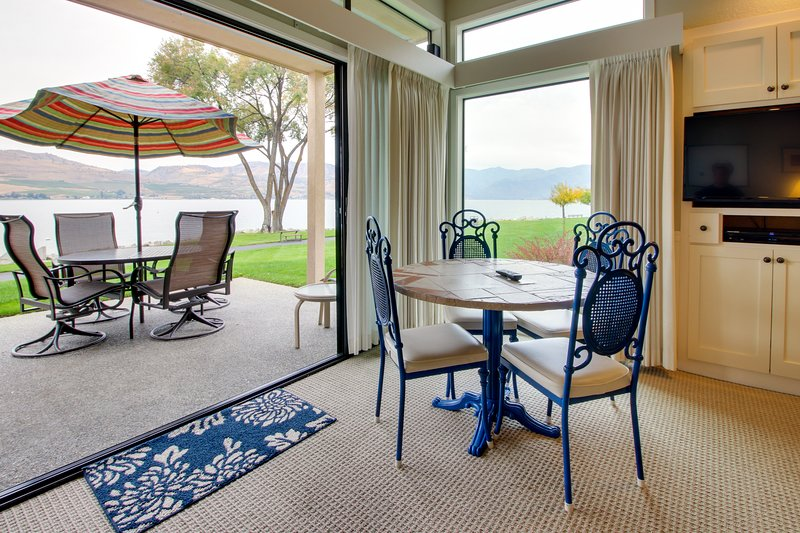 Lakefront condo with shared pools, hot tub, dock, beach access!, vacation rental in Chelan