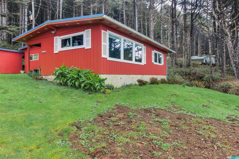 Dog-friendly cottage w/panoramic ocean views in a quiet area, vacation rental in Yachats