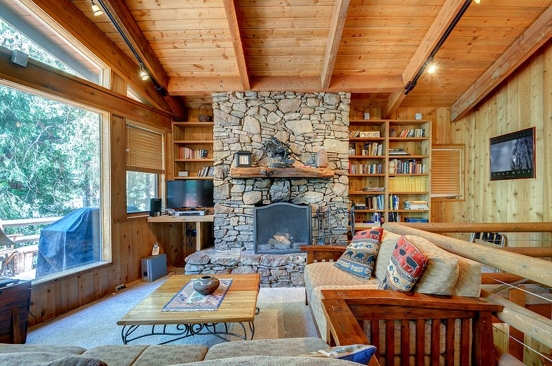 Charming, dog-friendly two-story cabin lodge w/ deck - great for families!, holiday rental in Idyllwild