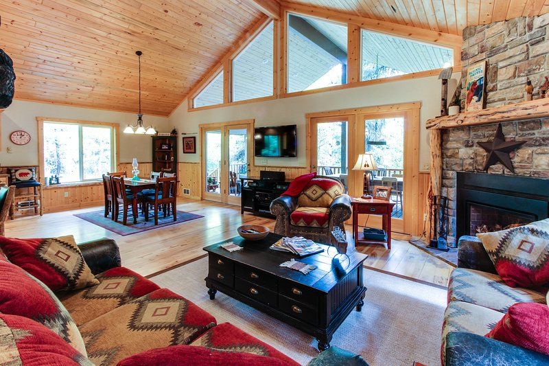 Amazing & secluded two-story lodge w/ hot tub & firepit - two miles from town!, vacation rental in Tamarack