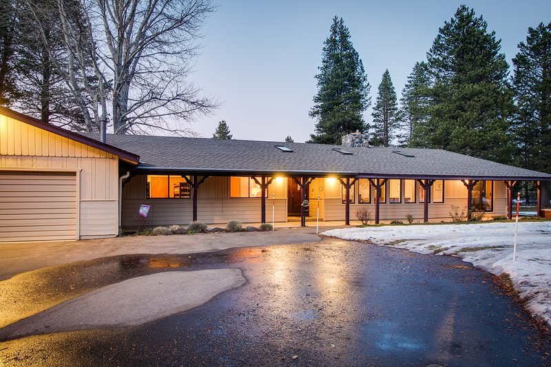 Cozy retreat w/private hot tub, golf on-site, near skiing, holiday rental in Twin Bridges