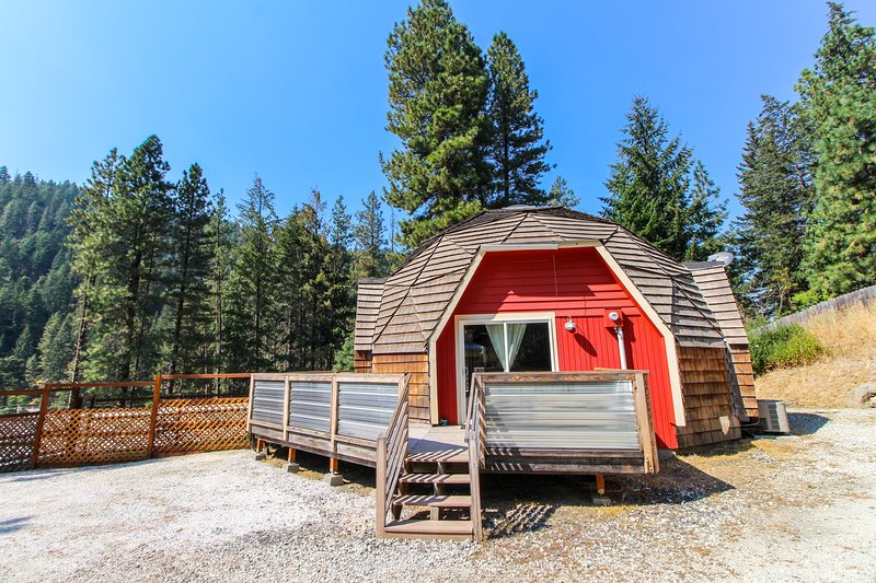 Charming, family & dog-friendly geodesic home w/ fireplace & deck!, holiday rental in Leavenworth
