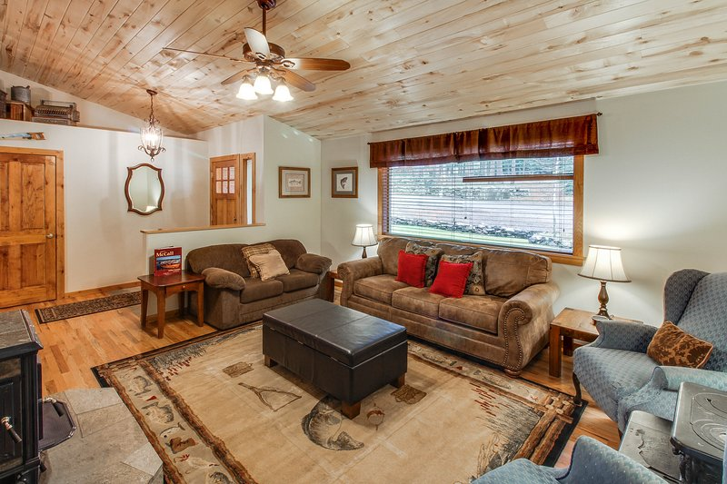 Downtown home w/ covered deck & firepit for s'mores - walk everywhere!, vacation rental in Tamarack