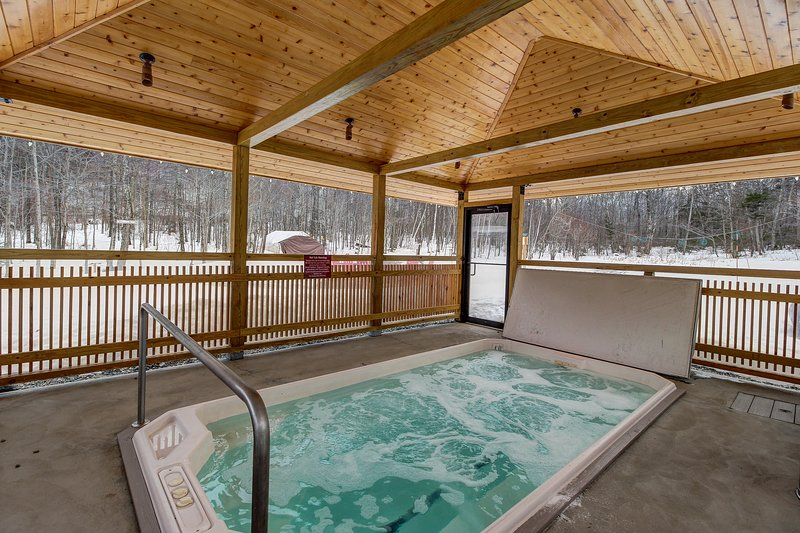 Ski-in/ski out from this cozy Vermont condo w/ shared pool, hot tub, & two decks, location de vacances à Mendon
