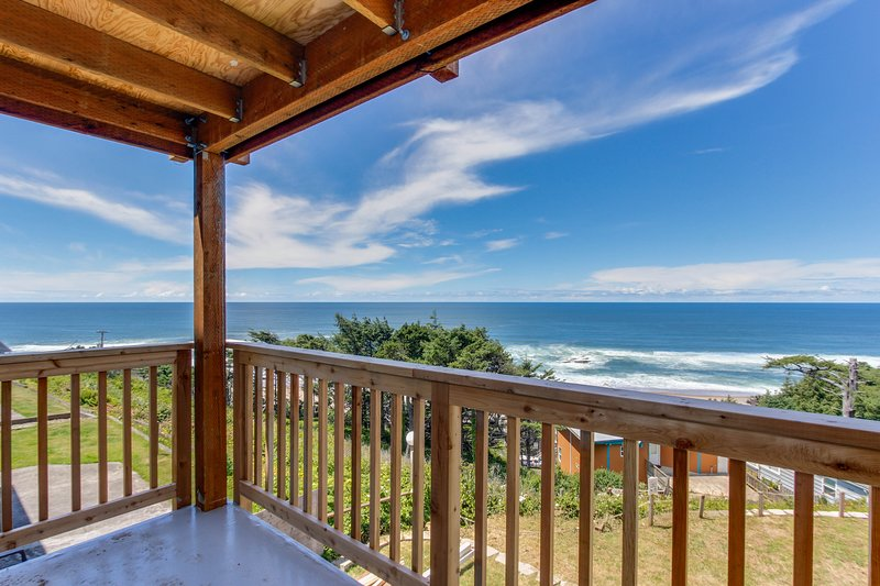 Huge renovated, dog-friendly condo w/ ocean views & beach access nearby!, holiday rental in Lincoln City