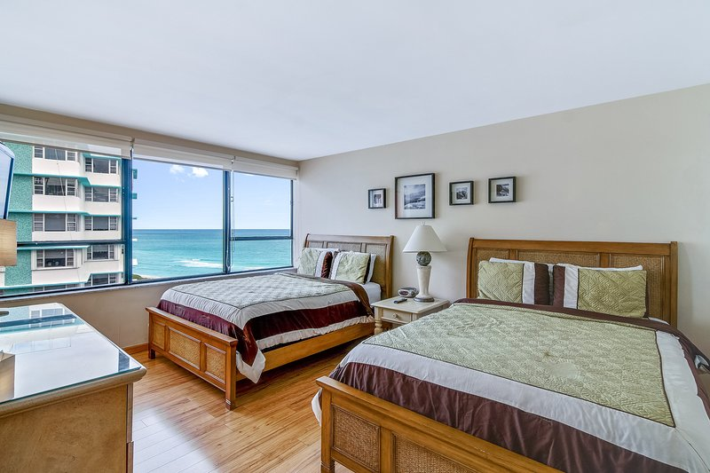 Modern, waterfront condo close to beach w/ two pools, restaurant on-site!, holiday rental in North Bay Village