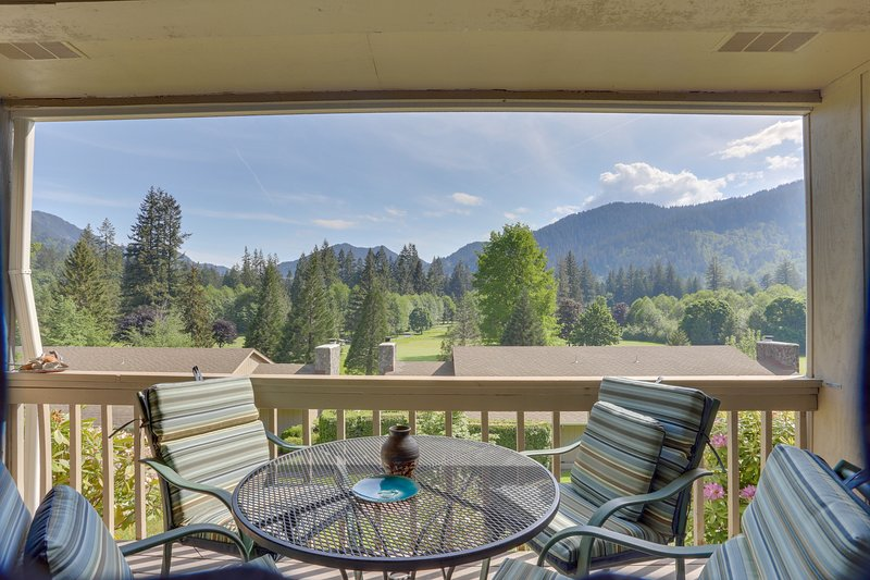 Charming mountain condo w/ golf course views & nearby ski access!, vacation rental in Welches