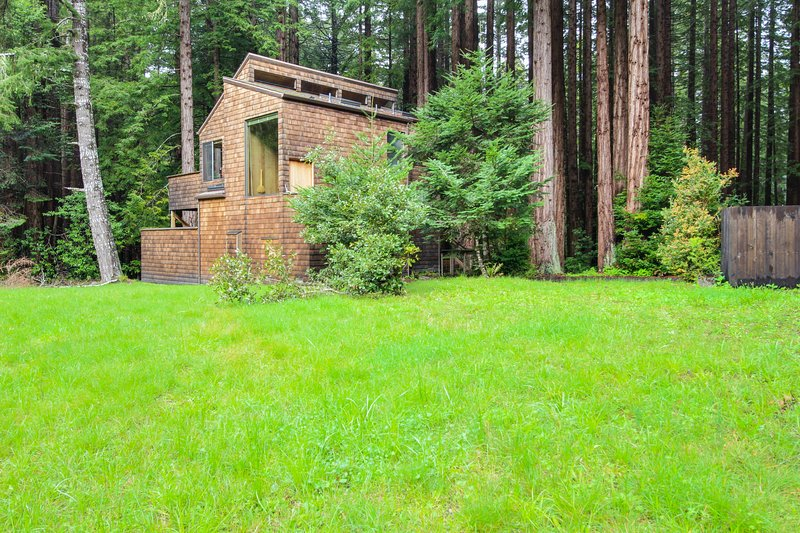 Tranquil forest views with a private hot tub & shared pool access. Dogs OK!, vacation rental in The Sea Ranch