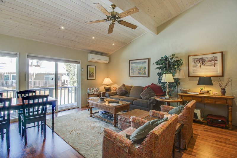 Cozy mountain abode w/ shared pool and perfect location near downtown Ketchum!, vacation rental in Sun Valley-Ketchum