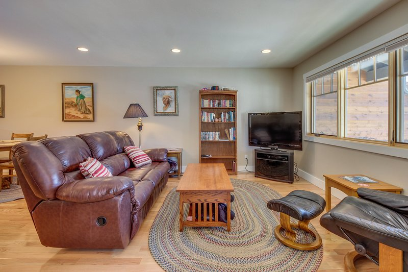 Sparkling new home close to downtown, hiking trails & more!, holiday rental in Durango