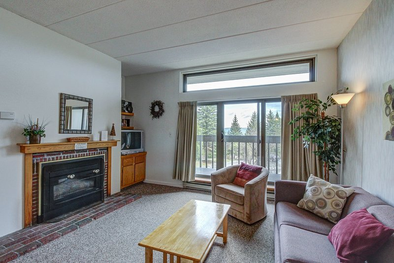 Sunny & bright condo w/ a full kitchen & mountain views - near golf & slopes! Chalet in Killington
