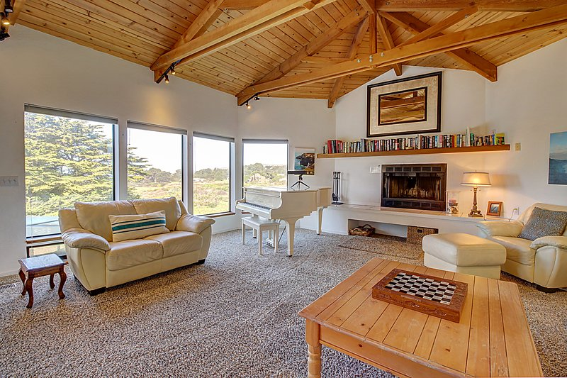 Lovely ocean bluff retreat with hot tub, shared pool, & beach access!, vacation rental in The Sea Ranch