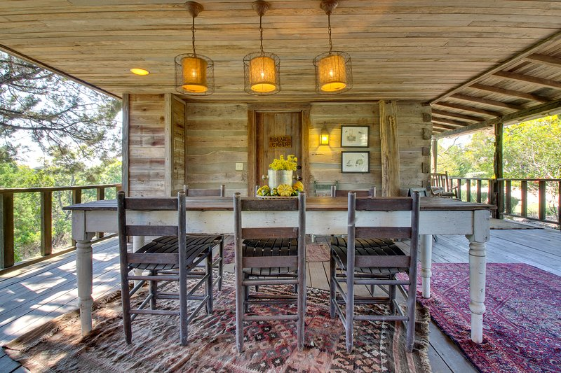 Relaxing and rustic, dog-friendly cabin w/ large porch & fireplace, vacation rental in Fredericksburg