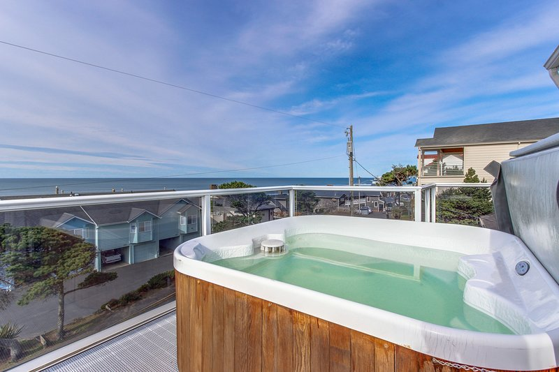 Luxury home w/game room & hot tub overlooking the beach!, vacation rental in Neotsu