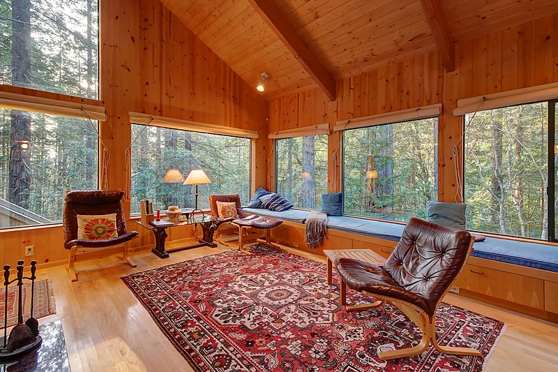 Charming forest lodge w/ private hot tub, sauna & fireplace! Shared pool access!, vacation rental in The Sea Ranch