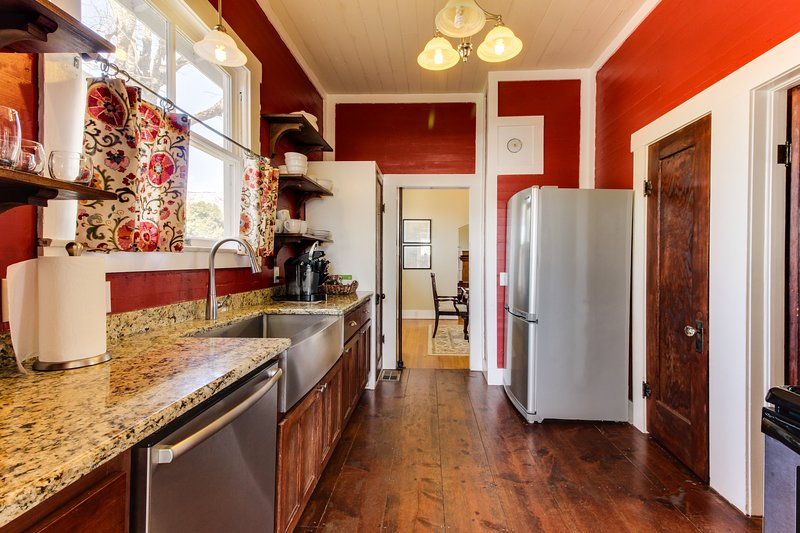 Cozy retreat in the heart of Fredericksburg - two homes perfect for large groups, vacation rental in Fredericksburg