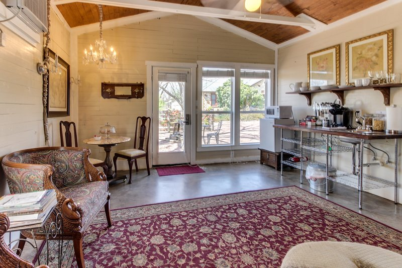 Romantic studio suite w/ a jetted tub & old-world comfort!, vacation rental in Fredericksburg