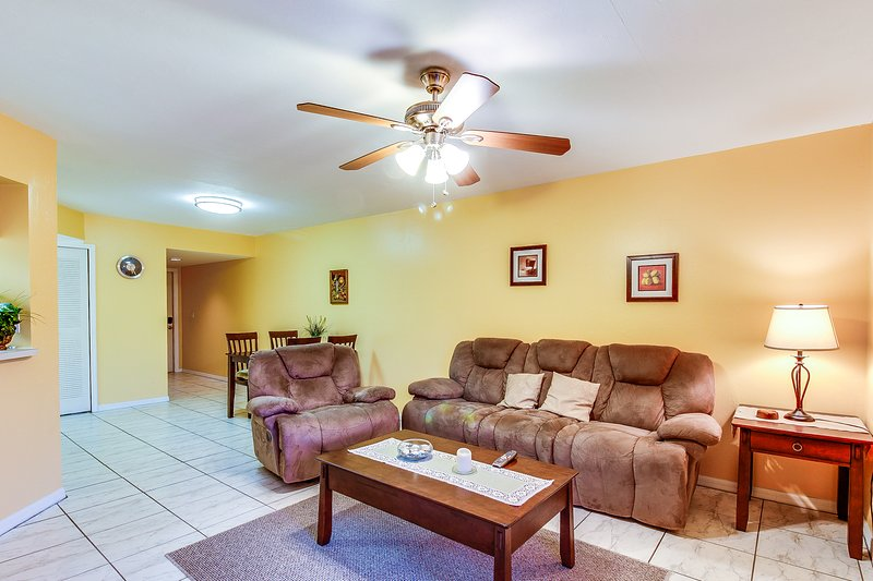 Family-friendly condo w/ shared pool - close to downtown & the beach, holiday rental in Biggar