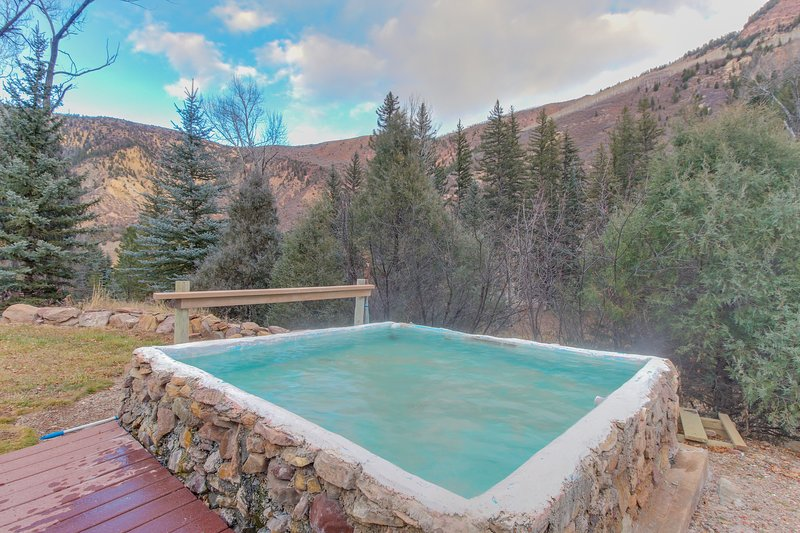 Riverside cabin with shared hot tubs, nearby skiing, fishing, and much more!, vacation rental in Marble