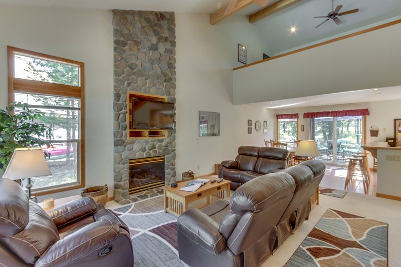 Sweet Sunriver home w/ private hot tub, outdoor space & 8 SHARC passes!, vacation rental in Bend