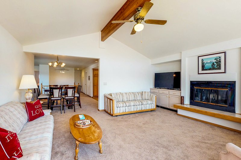 Lakeview, right on the Tahoe Keys, w/ a shared pool & hot tubs!, vacation rental in South Lake Tahoe