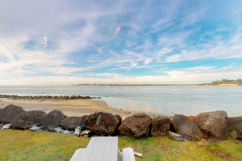 Dog-friendly bayfront cottage in town w/incredible views, close to shops & beach, location de vacances à Waldport