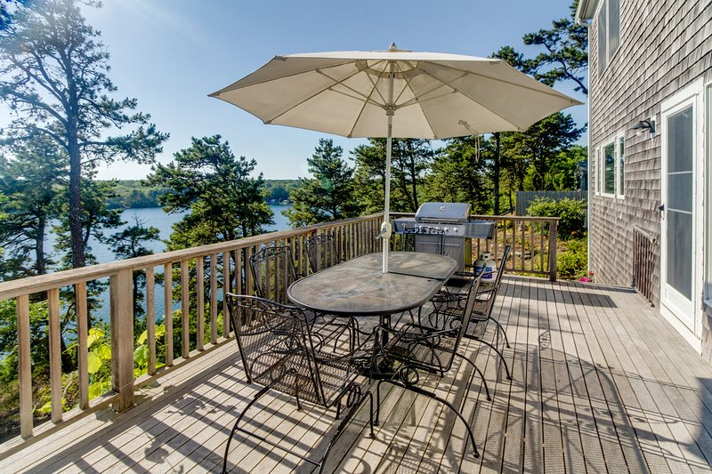 Dog-friendly lakefront home on Sheep Pond with bikes, deck, & gorgeous views!, location de vacances à Lake Pleasant