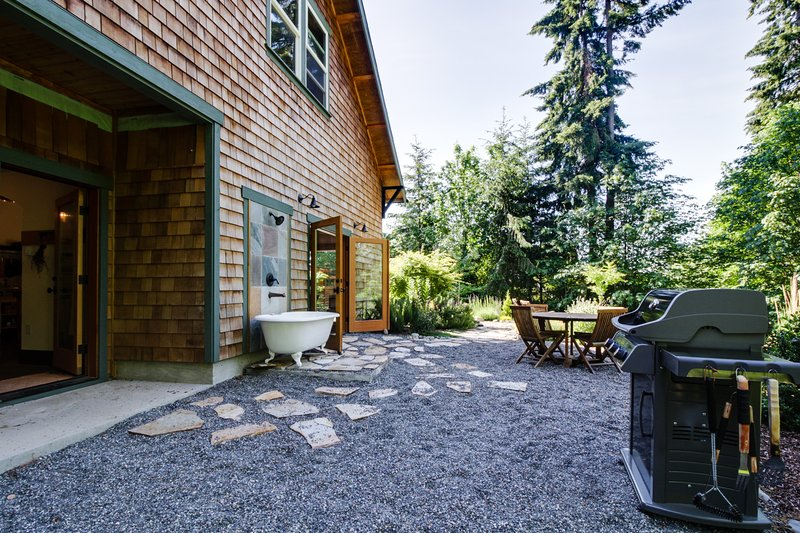 Art-filled retreat surrounded by trees & gardens, almost an acre of land!, holiday rental in Port Orchard