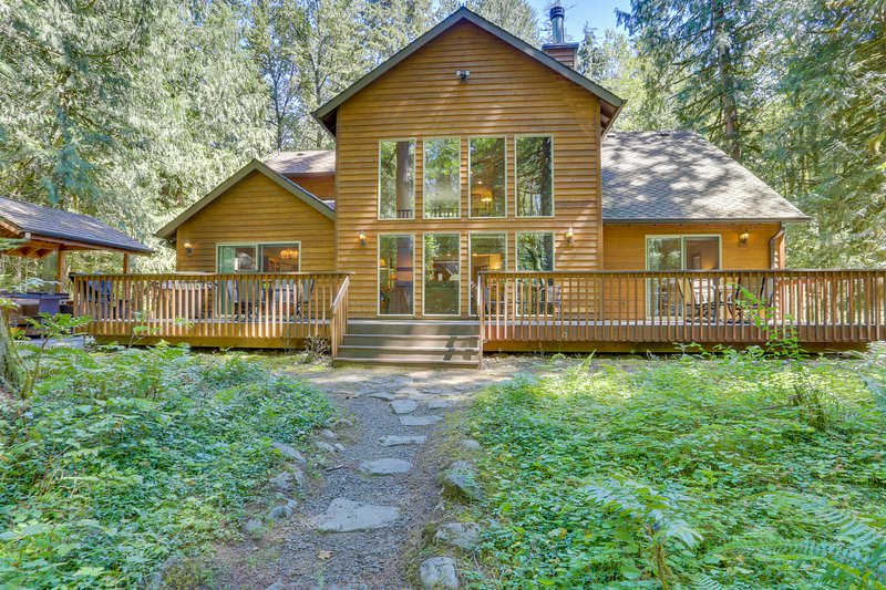 Classic riverfront home w/ great views, game room, hot tub, & modern cabin feel, holiday rental in Zigzag