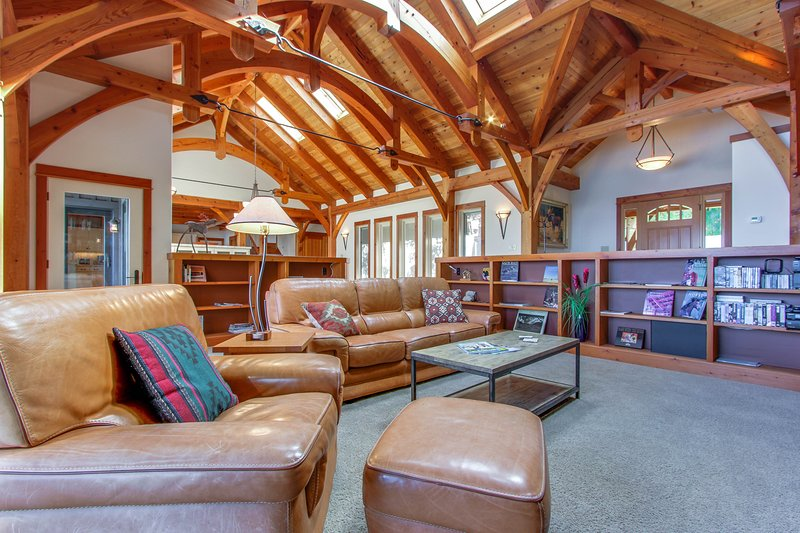 Beautiful lakefront lodge w/ views, private beach access, & large deck!, holiday rental in Ponderay