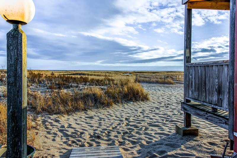 Classic waterfront Cape Cod condo next to the beach w/ deck & grill, holiday rental in North Truro