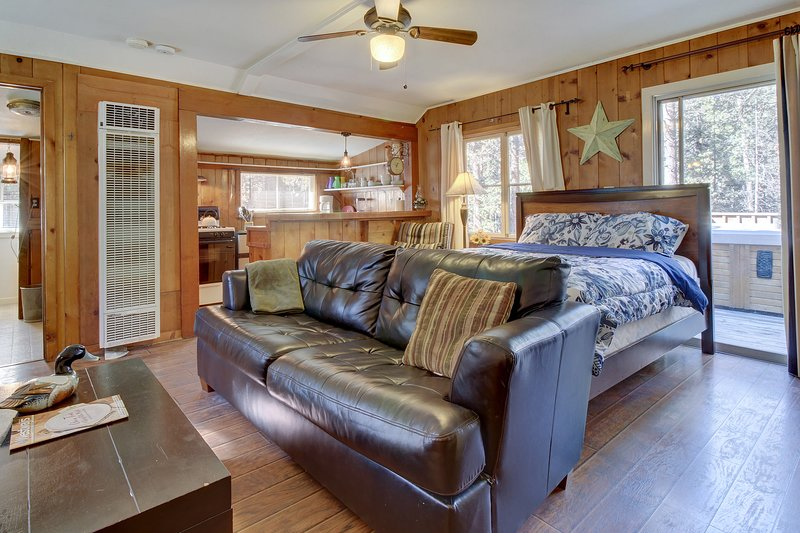 Adorable, creekside cabin in the woods - furnished deck, hot tub, dogs ok!, holiday rental in Idyllwild